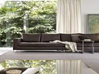 Grand canapé en cuir marron dans salon classique