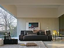 Grand canapé marron avec coussins décoratif dans salon contemporain