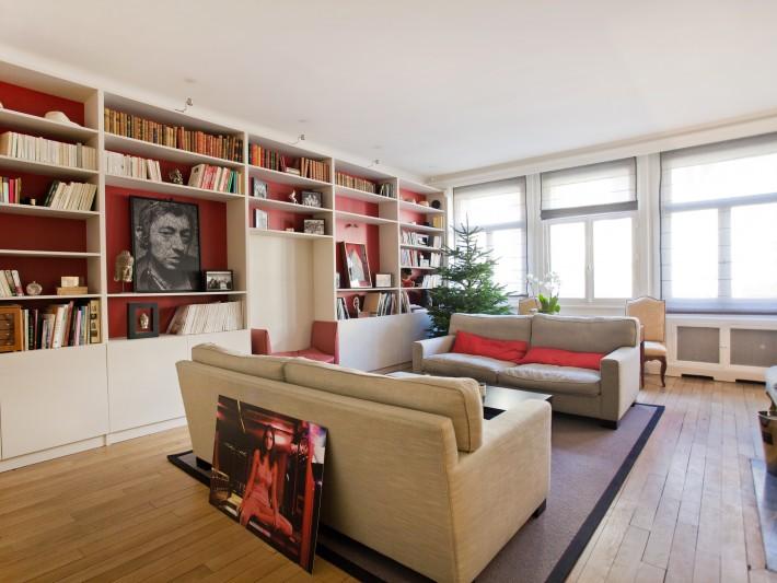Grand salon avec bibliothèque sur mesure