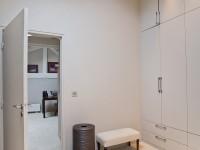 Grande armoire dressing blanc avec spots encastrés au plafond