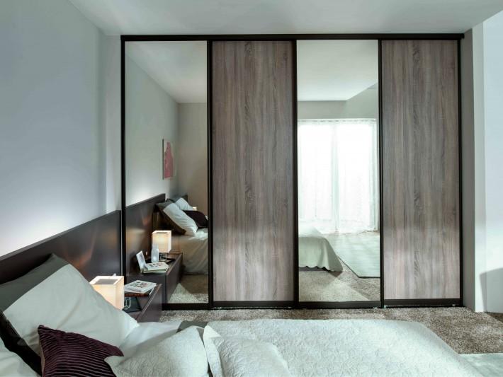 Grande armoire dressing design en imitation bois avec miroirs