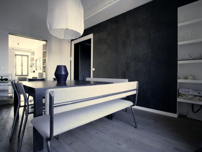 Grande table noire avec banquettes et chaises