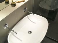 Grande vasque blanche avec double robinetterie