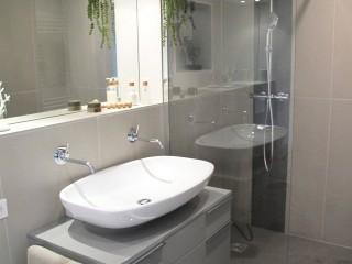 Grande vasque blanche posé sur meuble de salle de bains