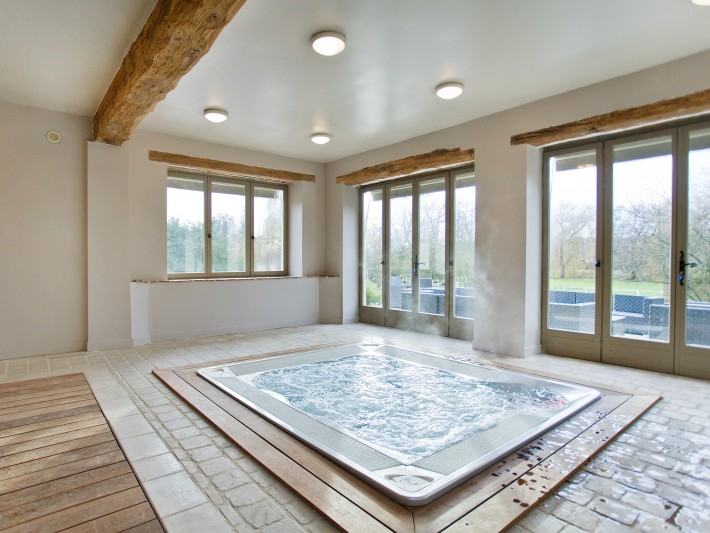 Jacuzzi intérieur carré avec décor classique