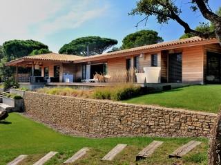 Jardin avec vue sur la villa en bois