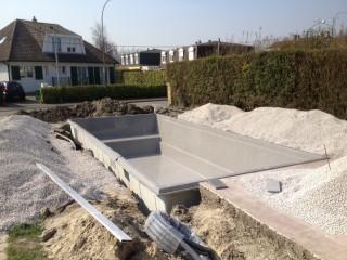 La piscine posée dans le trou de terrassement prévu à cet effet