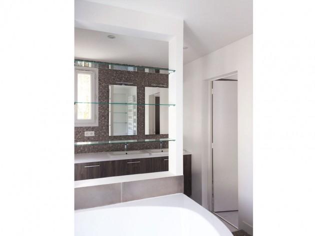 La vue sur la baignoire bal-néo et les lavabos