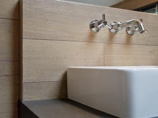 Lavabo carré blanc avec décoration en bois