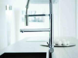 Lavabo encastré dans plan de travail avec robinetterie design
