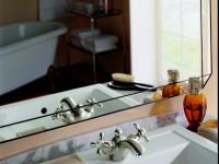 Lavabo rétro, encastré dans un plan de travail en marbre