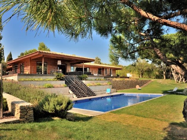Construction villa en bois massif confort bois maison bois et piscine le - Maison bois avec piscine ...