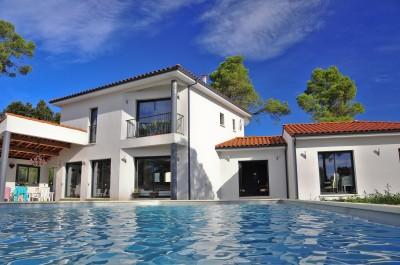Maison contemporaine, vue sur la piscine