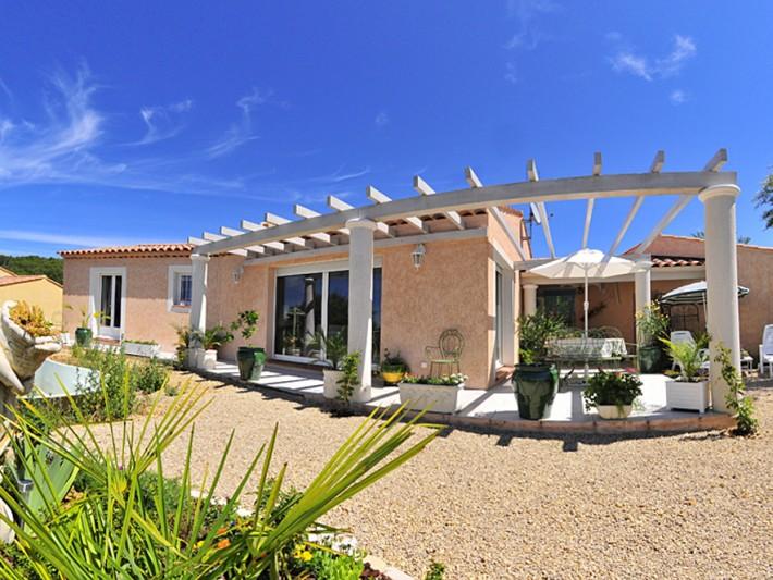 Maison individuelle avec pergola et terrasse