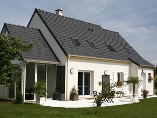 Maison individuelle d'architecture traditionnelle avec terrasse et véranda