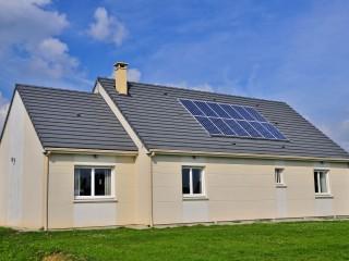 Maison traditionnelle avec des panneaux photovoltaïques