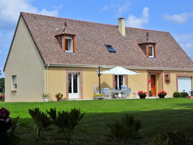 Maison traditionnelle avec une grande terrasse