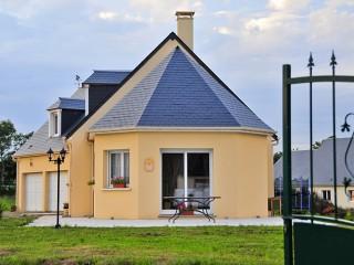 Maison traditionnelle d'architecture classique avec grille en fer forgé