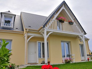 Maison traditionnelle vue sur le balcon en bois