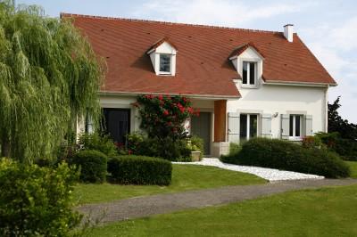 Maison traditionnelle, vue sur le jardin et la façade