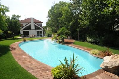 Piscines formes libres diffazur id - Pose margelle bois piscine ...