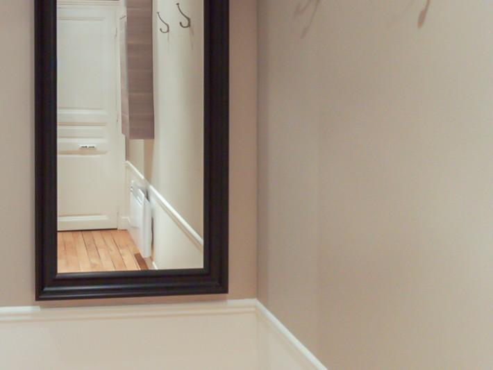 r novation appartement haussmannien r novation parisienne miroir debout dans l 39 entr e. Black Bedroom Furniture Sets. Home Design Ideas