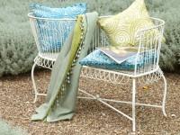 Mobilier extérieur décoré de coussins en tissu et d'un plaid
