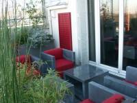 Mobilier gris anthracite avec coussins rouges