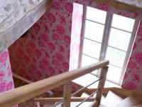 Montée d'escalier rénovée dans un style ancien