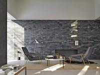 Mur en brique et fauteuil en velours