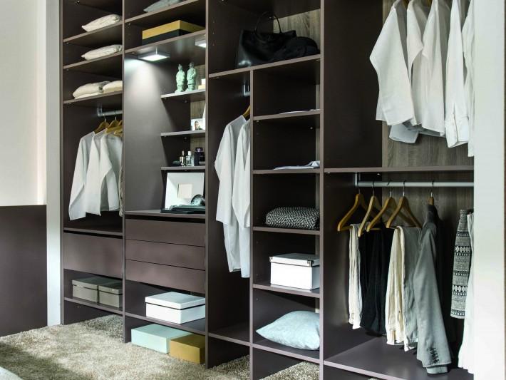 Nombreux espaces de rangements dans armoire dressing