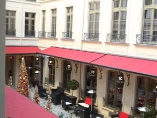 Patio de l'hôtel Buddha avec décoration de Noël