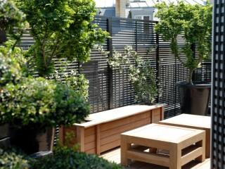 Petit salon extérieur avec mobilier en bois
