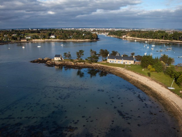 Photo aérienne de l'île avec longère traditionnelle