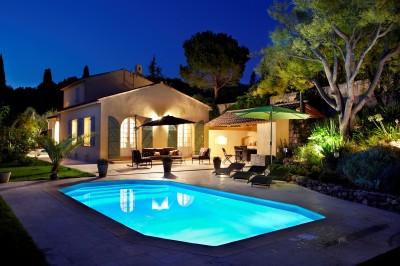 Piscine avec maison provençale