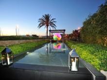 Piscine extérieure avec couloir de nage