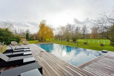 Piscine extérieure avec terrasse en bois