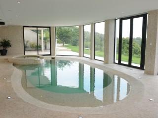 Piscine intérieure avec un espace spa