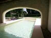 Piscine intérieure et extérieure donnant sur jardin