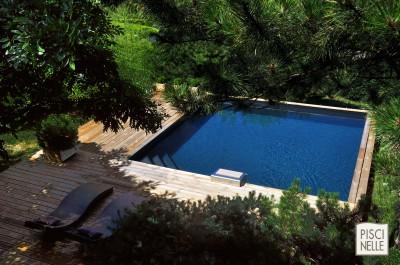Piscinelle BO : Piscine carrée avec terrasse et transats