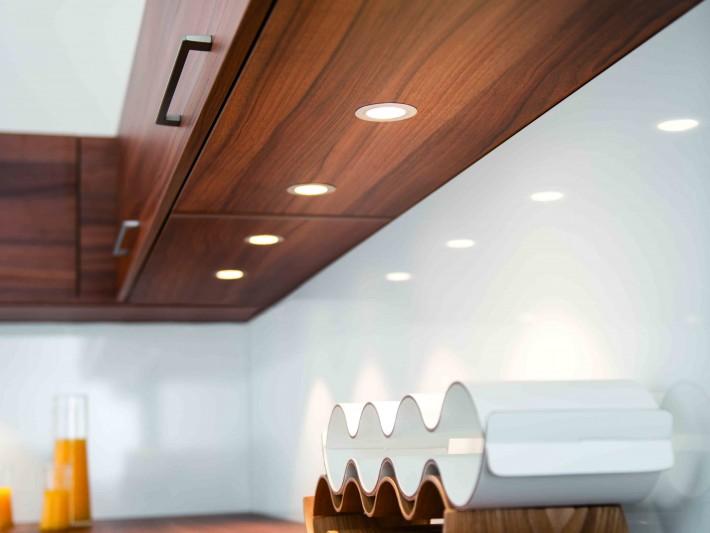 Placards de cuisine en bois avec spots encastrés
