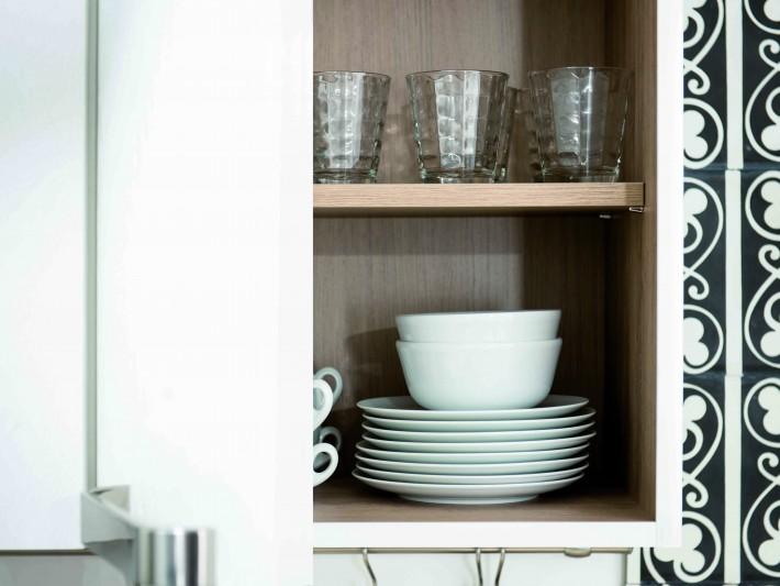 Placards de rangement blanc de cuisine avec intérieur en bois