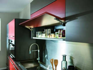 Placards de rangements de cuisine aux couleurs grise et rouge