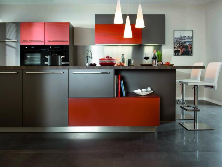 finest placards de rangements de cuisine aux couleurs grise et rouge schmidt with placard schmidt. Black Bedroom Furniture Sets. Home Design Ideas