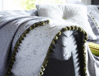 Plaids recouvrant l'accoudoir du canapé