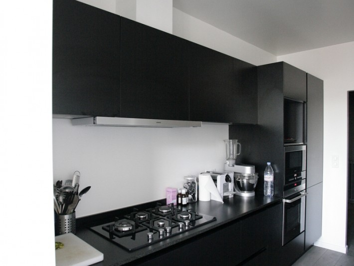 Plaque de cuisson sur plan de travail en granit noir