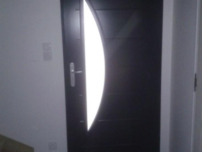 maison en ossature bois en normandie porte d 39 entr e en alu noir id. Black Bedroom Furniture Sets. Home Design Ideas