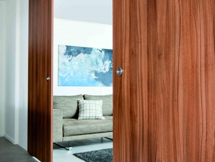 Porte en bois entrouverte sur salon