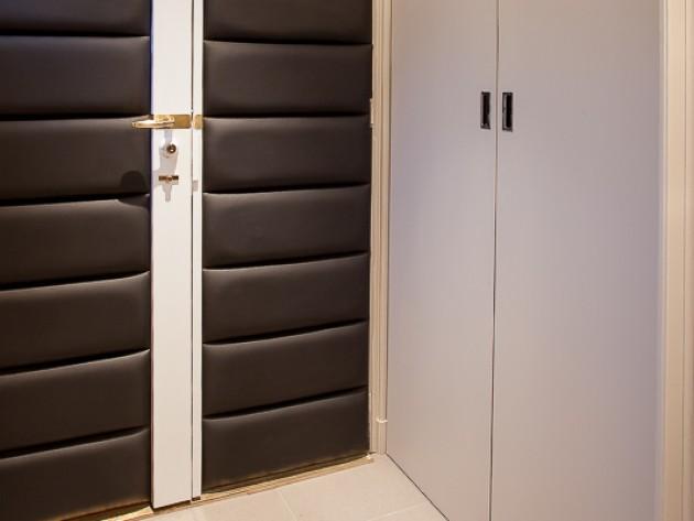 Porte tapissée de cuir