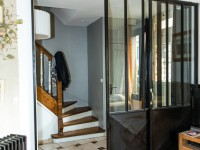 Portes coulissantes vitrées esprit  atelier  entre l'entrée et le séjour